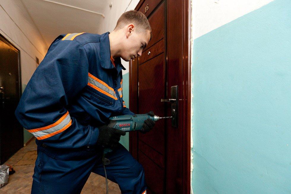 Кировские спасатели вскрыли дверь в квартиру, чтобы помочь пенсионерке.