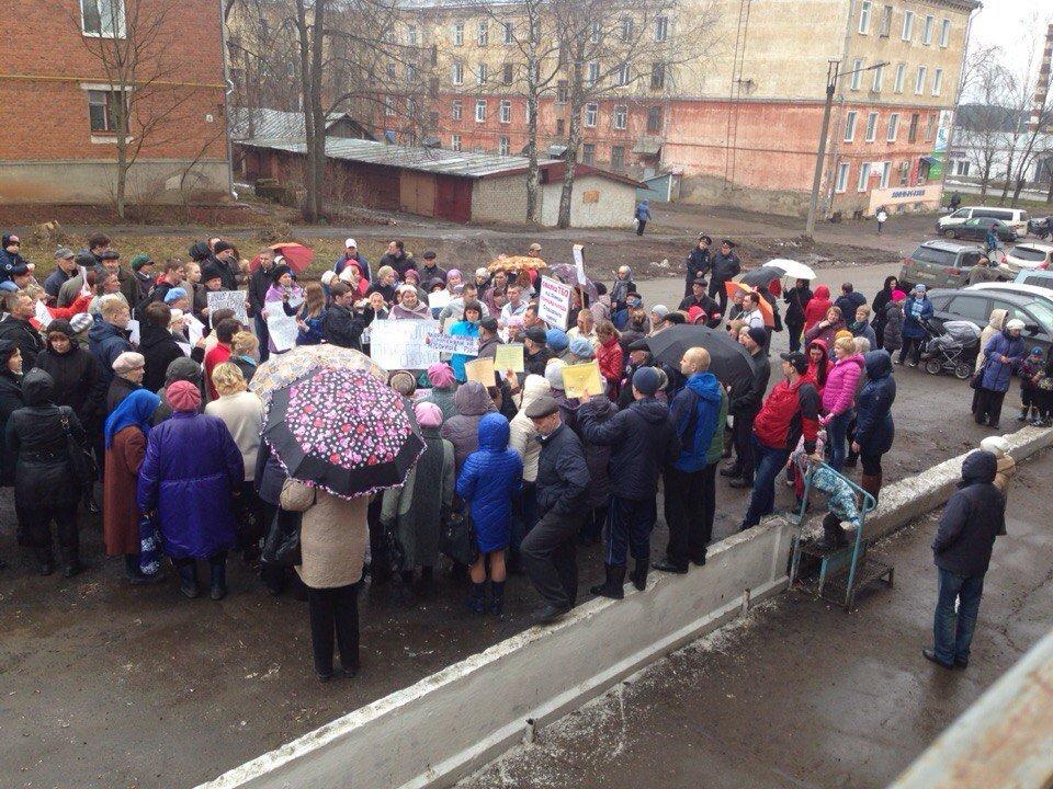 Более 100 жителей Вахрушей вышли на пикет против полигона ТБО