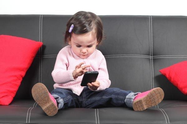 Планшеты и смартфоны мешают нормальному развитию костей и мышц у детей