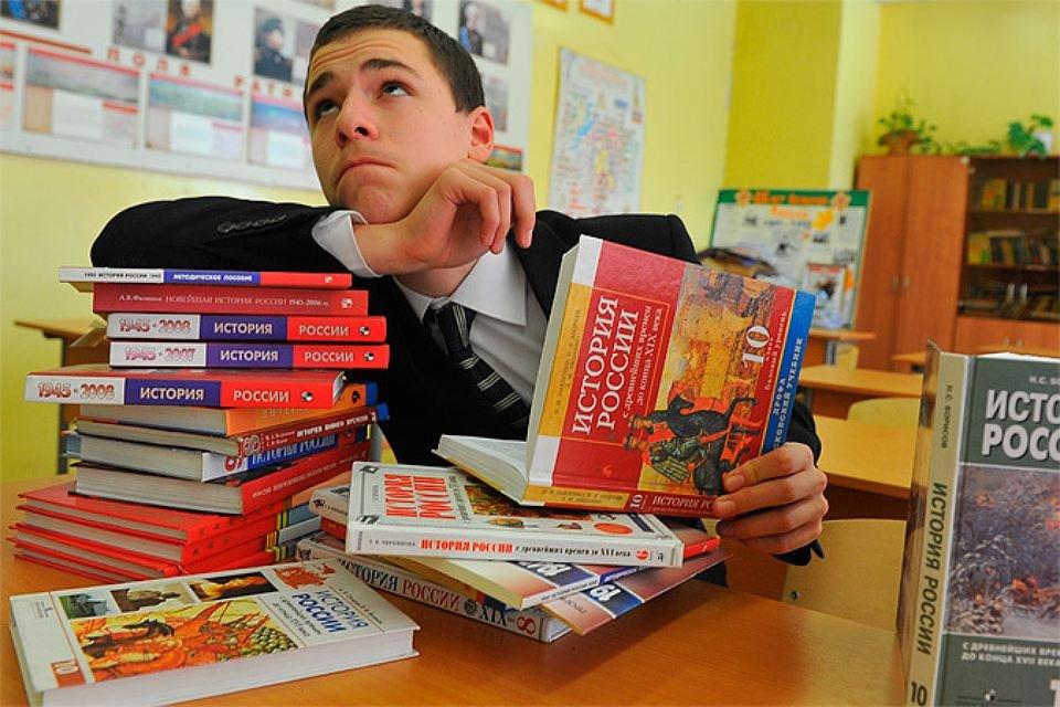 Новые учебники истории школьники получат уже вэтом сентябре