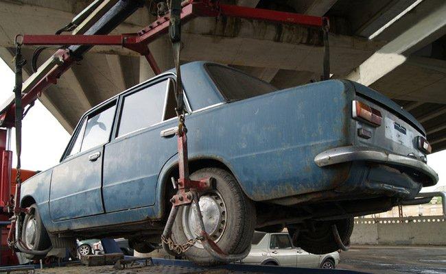 15-летний ребенок изКирова угнал автомобиль наэвакуаторе