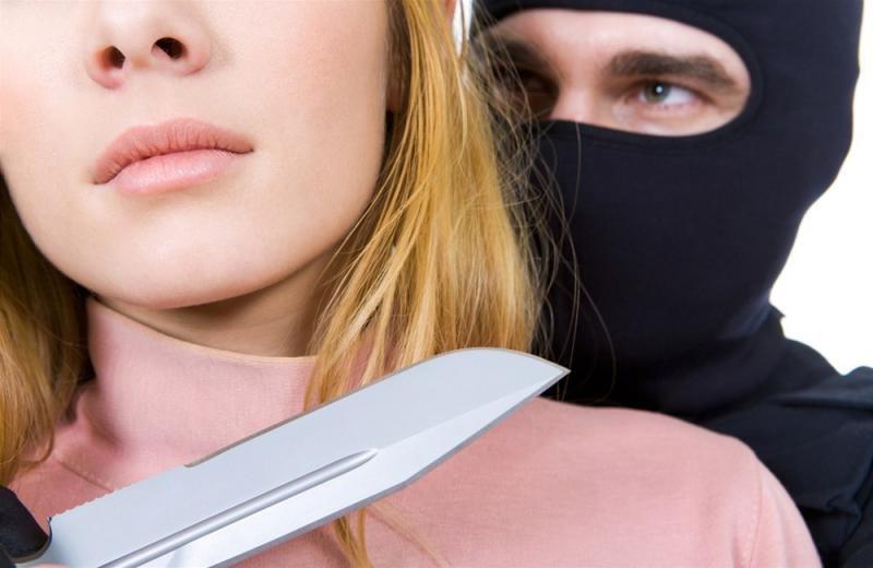 Разбойник пытался ограбить магазин вОмутнинске, угрожая беременному продавцу ножом