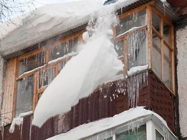 ВКирове на28-летнюю женщину упала снежная глыба