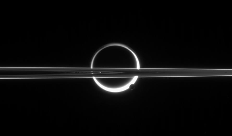 Станция Cassini показала фотографии  солнечного затмения наСатурне