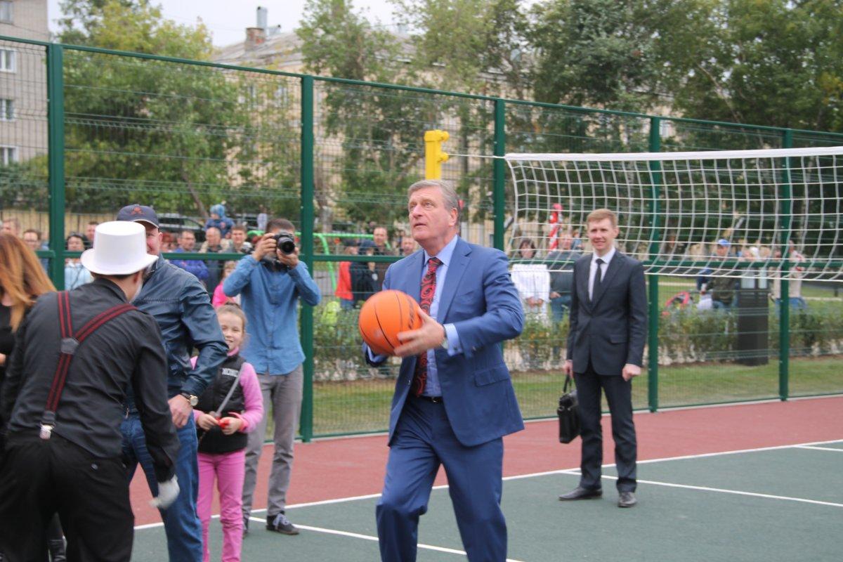 Глава Кировской области посадил дерево и сыграл в баскетбол. ФОТО