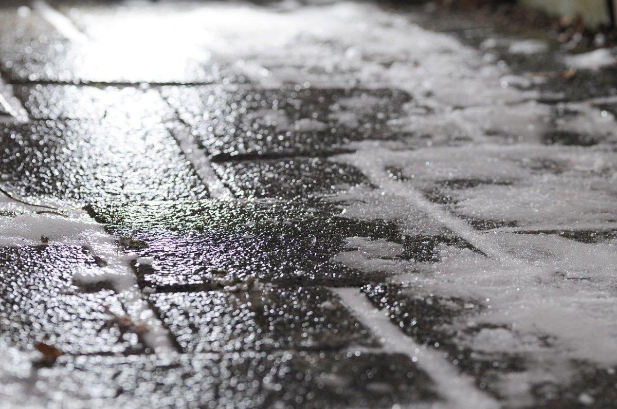 ВКирове появились первые пострадавшие отгололеда на дорогах города
