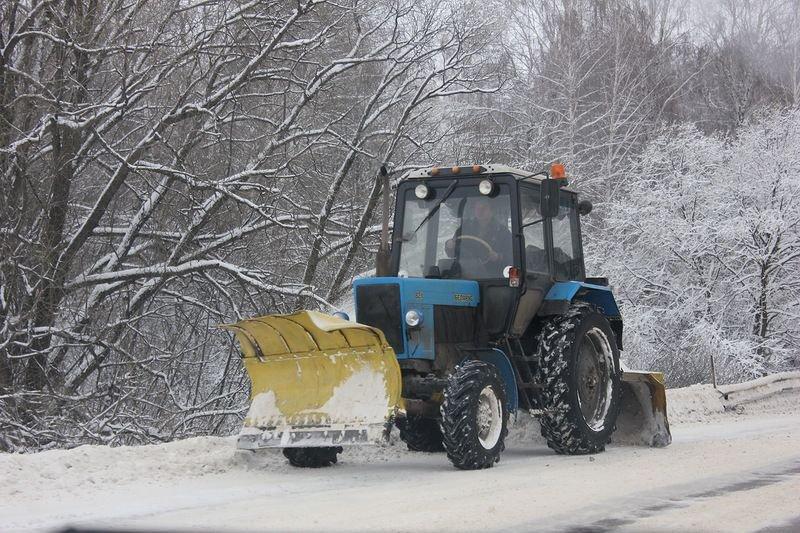 Нетрезвый шофёр трактора убрал снег сулиц Кирова
