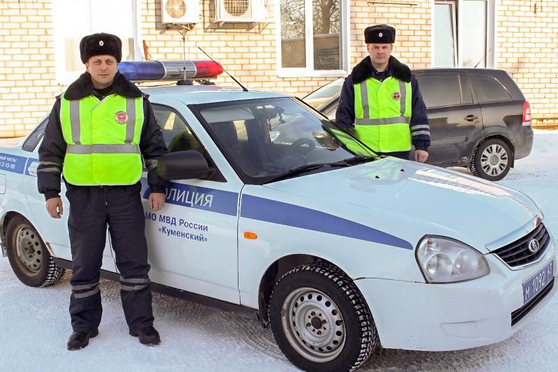 Автоинспекторы спасли мать сдетьми, которые вмороз застряли натрассе
