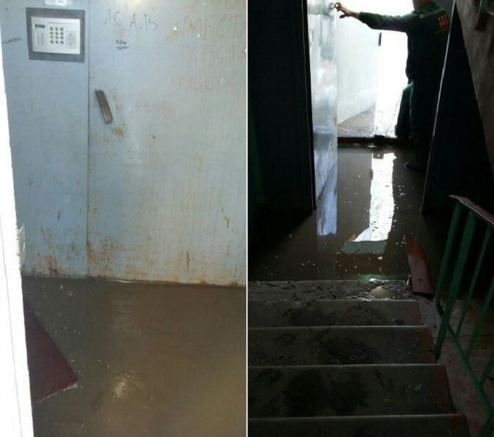 ВНововятске подъезд жилого дома затопило талой водой