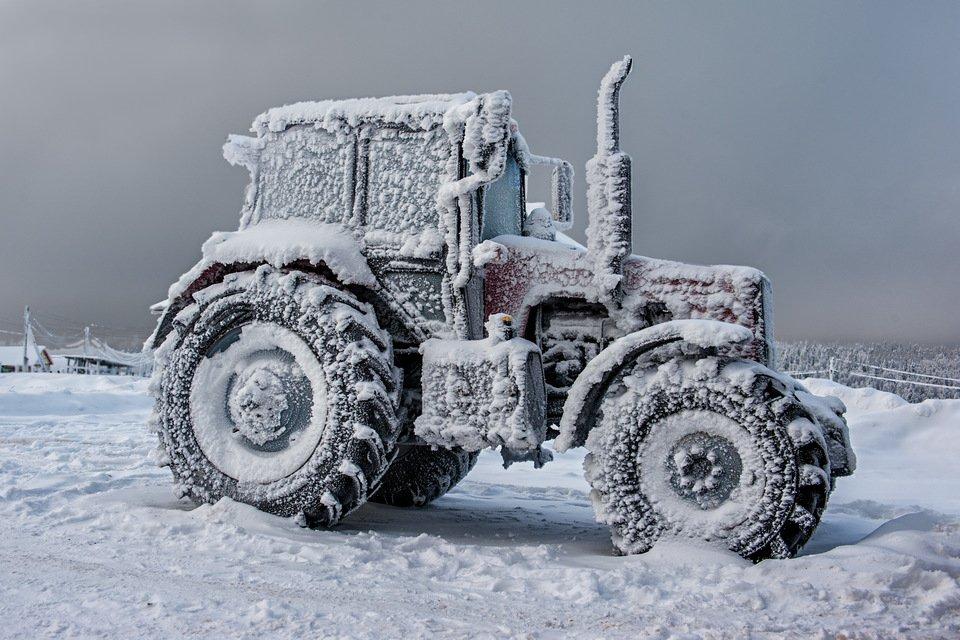 фото трактора на севере один
