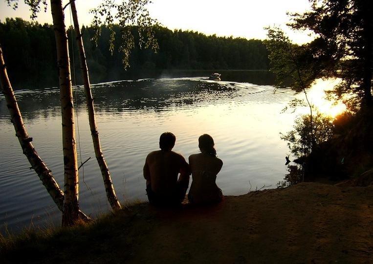 Девки на озере с парнем