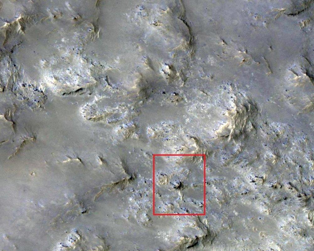 На Марсе в кратере нашли останки животного