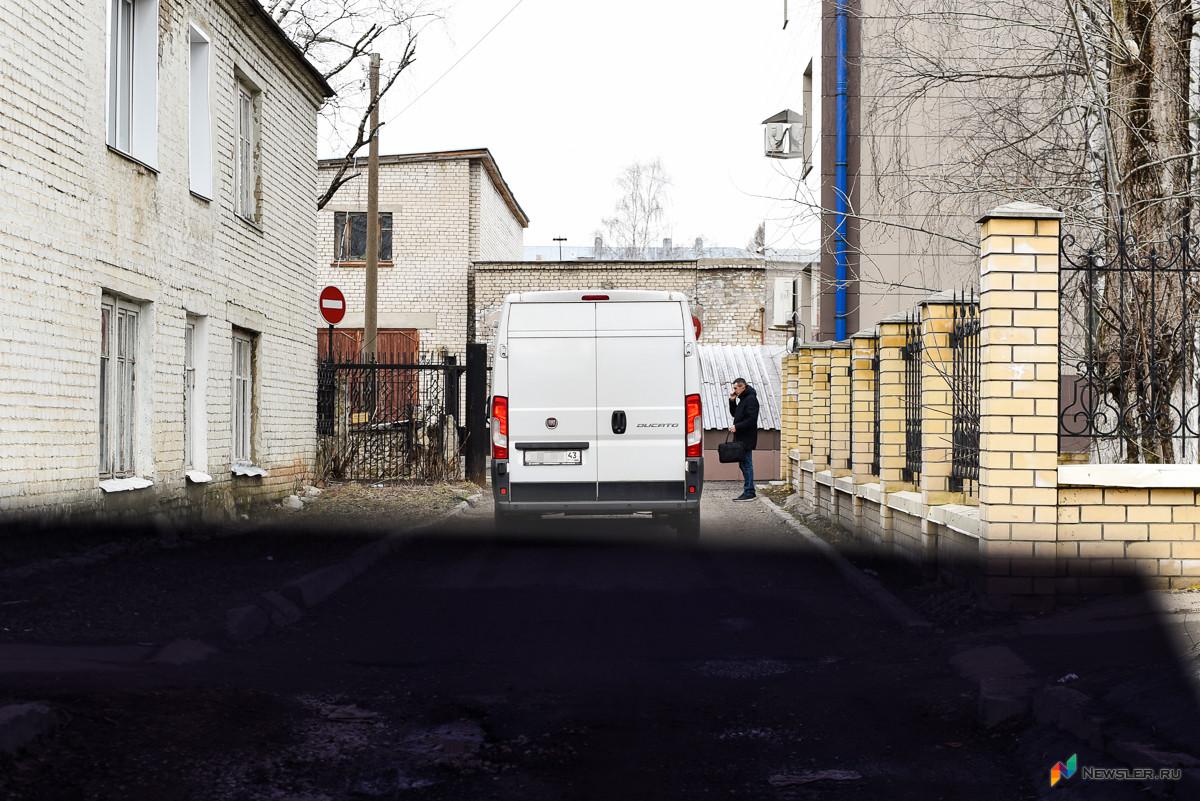 Задержанных доставили в Первомайский райсуд города Кирова на спецавтомобиле без опознавательных надписей.