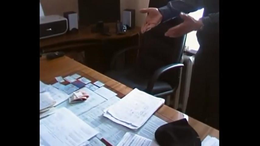 Кадр с видео обысков в Вятавтодоре.